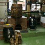 八重山の酒造所特有の直火釜蒸留での泡盛造り